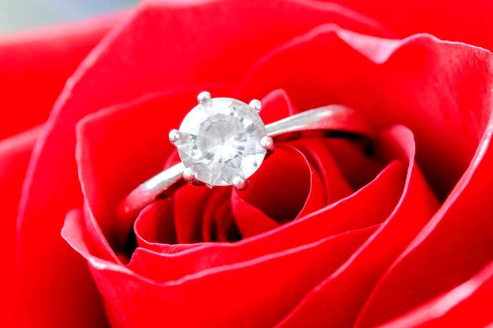 Comment présenter la bague de fiançailles Soirée Blanche